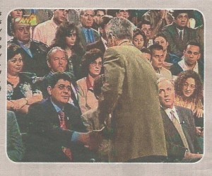 Ο Γιάννης Πρετεντέρης υποδέχεται τον Μιχαλολιάκο στο στούντιο του ΑΝΤ1 τον Μάιο του 1995, υπό το βλέμμα του Πλεύρη. Ηταν η αρχή
