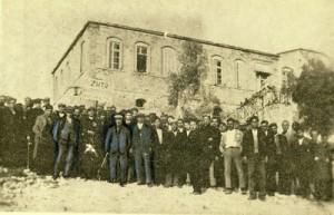 Με μπλε σκίαση, ο Βάρναλης δεξιά, στη Μέση ο Γληνός και αριστερά ο  γραμματέας της ομάδας συμβίωσης Χρ. Κανάκης