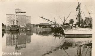 Άποψη του λιμανιού στις αρχές του 20ου αιώνα. Στο βάθος διακρίνεται το κτήριο των  μύλων ''Ευαγγελίστρια''.