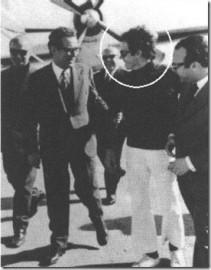 Ο Ψυχάρης, με τον κουμπάρο του χουντικό κυβερνητικό εκπρόσωπο Βύρωνα Σταματόπουλο. Στη άλλη φωτό, οι δύο κουμπάροι έχουν ανάμεσά τους τον 'θεωρητικό' της χούντας Θεοφύλακτο Παπακωνσταντίνου