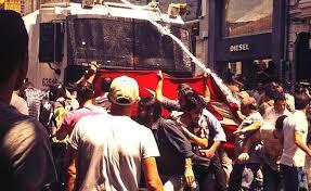 Αντλίες νερού κατά Τούρκων διαδηλωτών