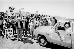 Μεντότα, Καλιφόρνια. Συγκέντρωση διαμαρτυρίας για τις περικοπές στο νερό