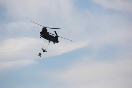 Ελικόπτερο CH-47SD μεταφέρει δύο οβιδοβόλα Μ56 PACK των 105mm.