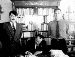 Ο Παππάς με χιτλερικό λουκ, στη Βαρκελώνη το 1990, επισκέπτεται τον Λεόν Ντεγκκρέλ, καταδικασμένο σε θάνατο για εγκλήματα πολέμου, στρατηγό των Βάφεν Ες Ες